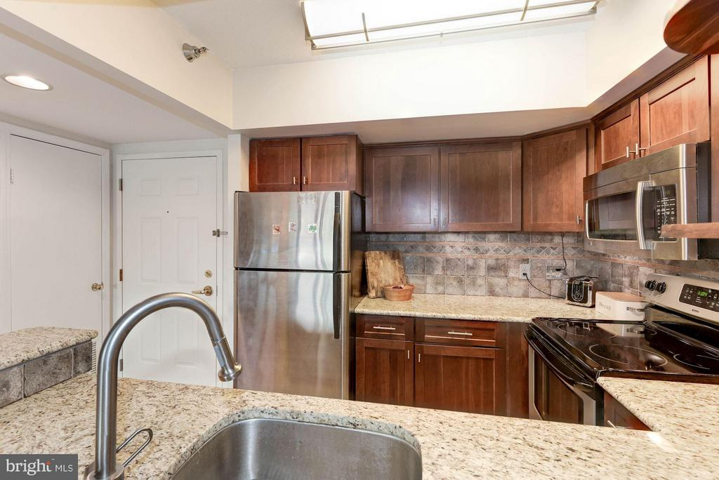 Granite counters and stainless steel appliances - 2400 CLARENDON BLVD #310, ARLINGTON
