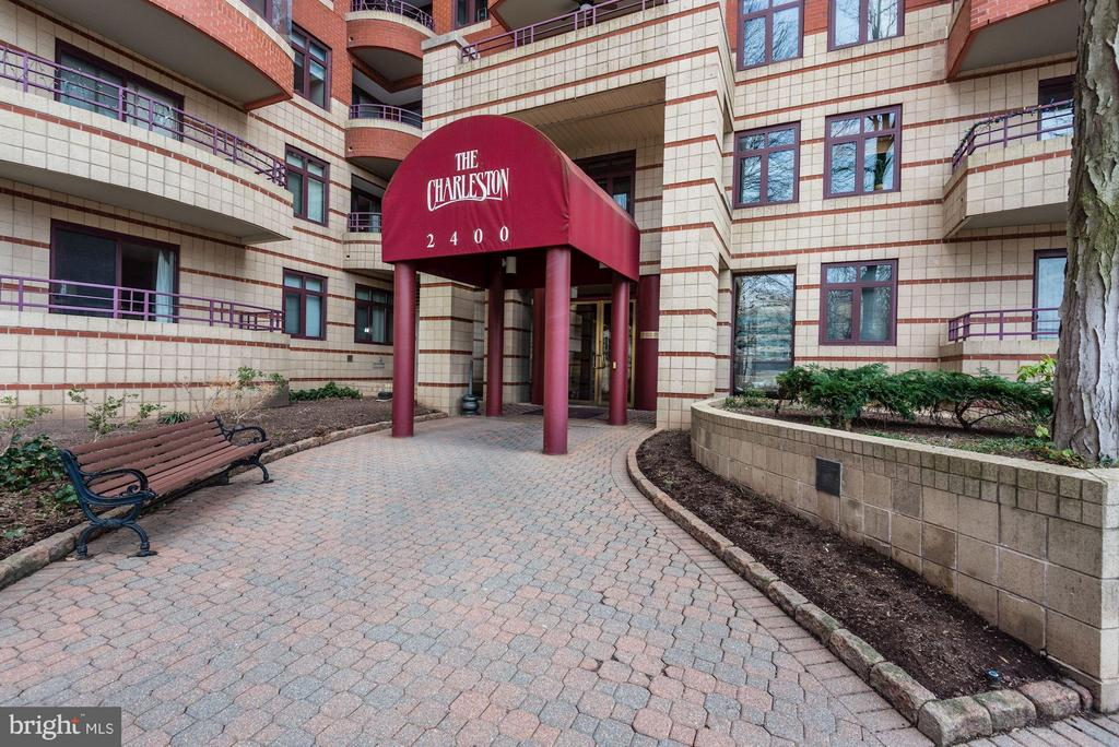 2 blocks to Metro and Whole Foods! - 2400 CLARENDON BLVD #310, ARLINGTON