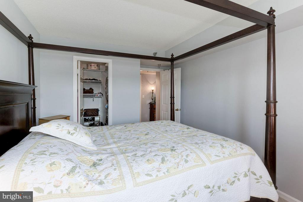 Master bedroom w/ walk-in closet - 2400 CLARENDON BLVD #310, ARLINGTON