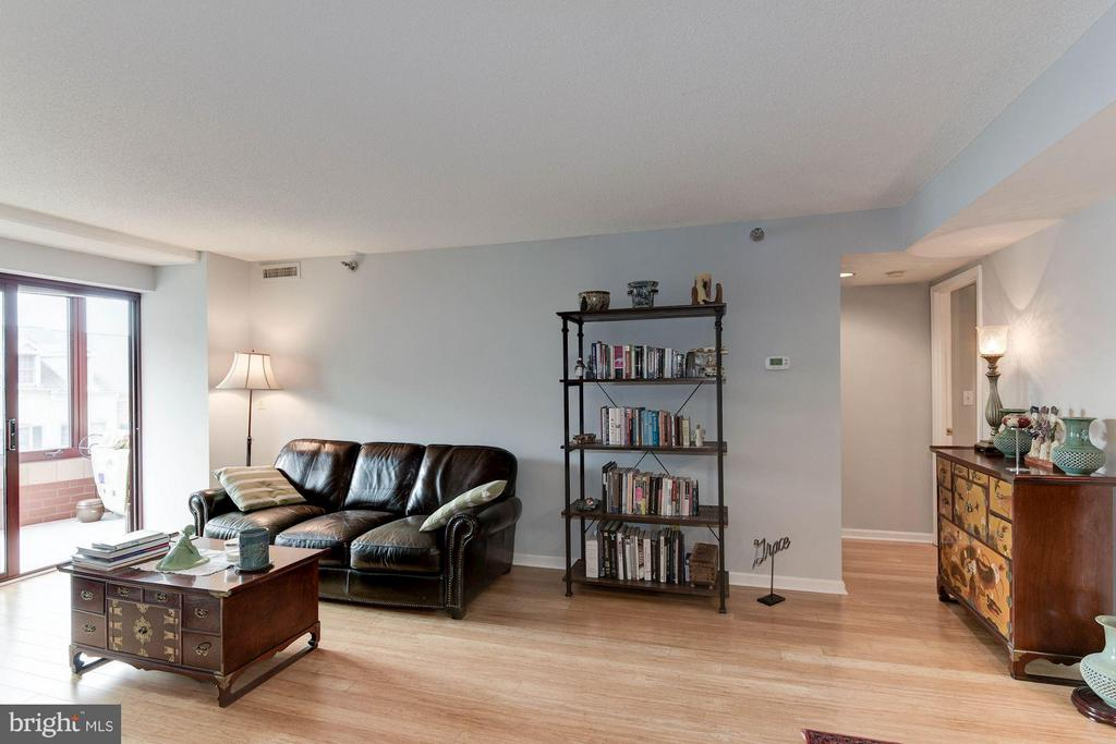 Spacious living area - 2400 CLARENDON BLVD #310, ARLINGTON