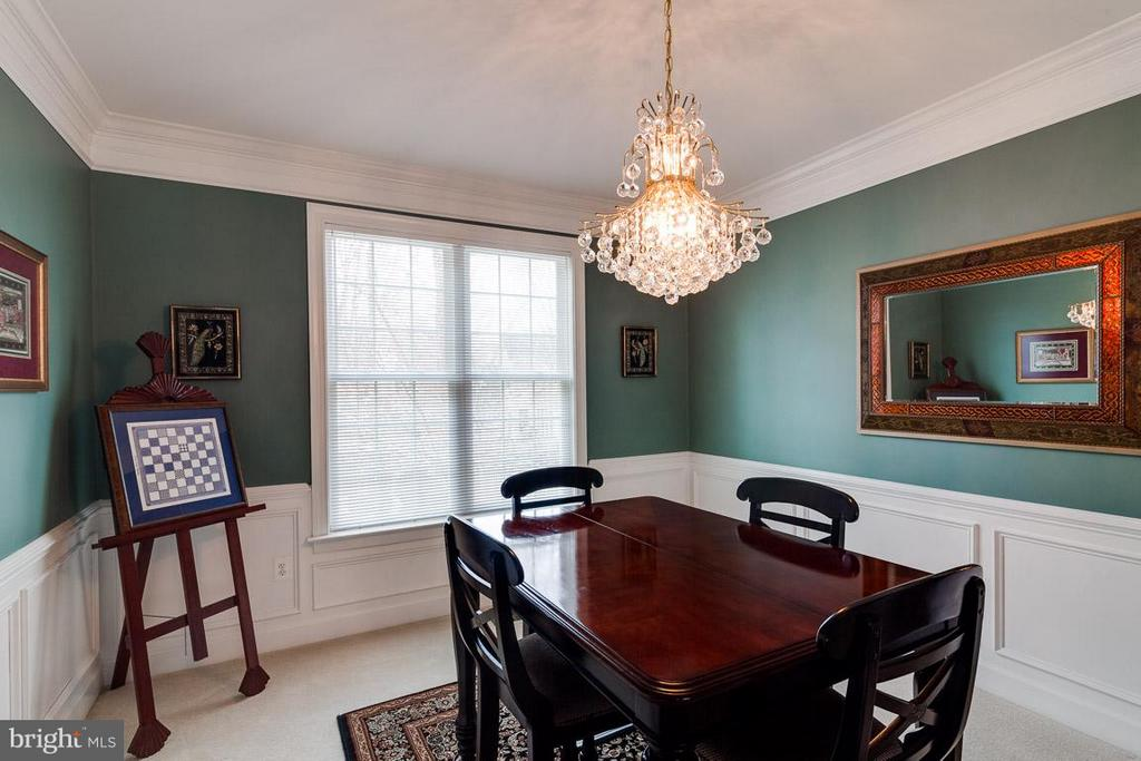 Exquisite Dining Room: Chair Rail, Crown Molding - 5386 ABERNATHY CT, FAIRFAX