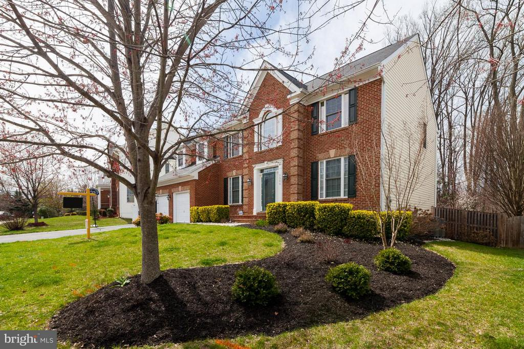 Professionally landscaped yard front and back - 5386 ABERNATHY CT, FAIRFAX