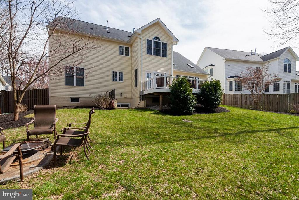Large fenced back yard with fire pit and chairs - 5386 ABERNATHY CT, FAIRFAX