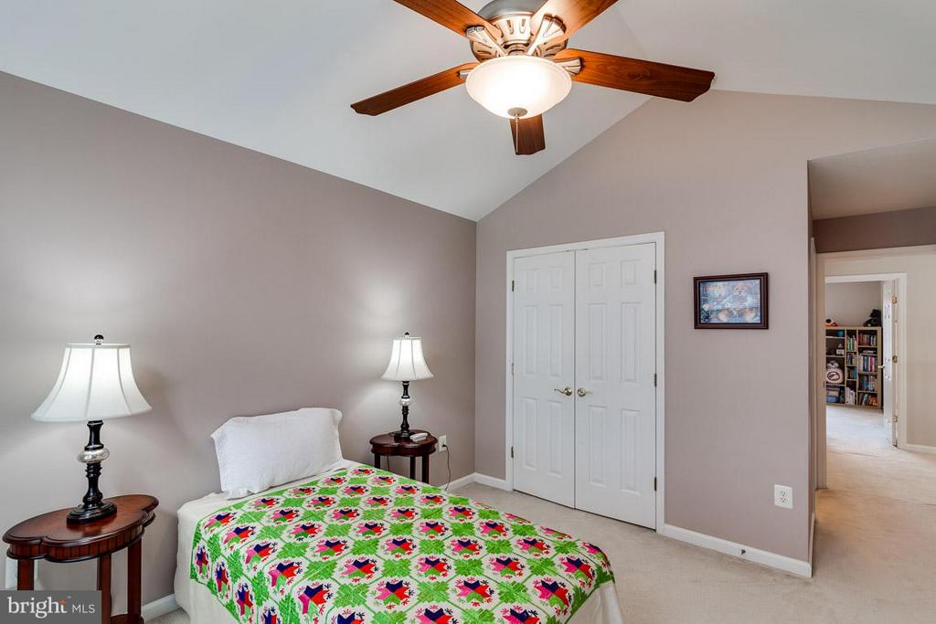 Second Bedroom with private BA access - 5386 ABERNATHY CT, FAIRFAX