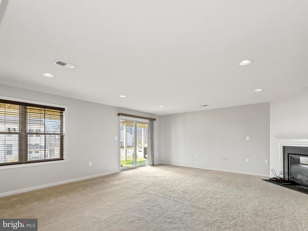 Fully finished basement w/ fireplace - 42173 CASTLE RIDGE SQ, ASHBURN