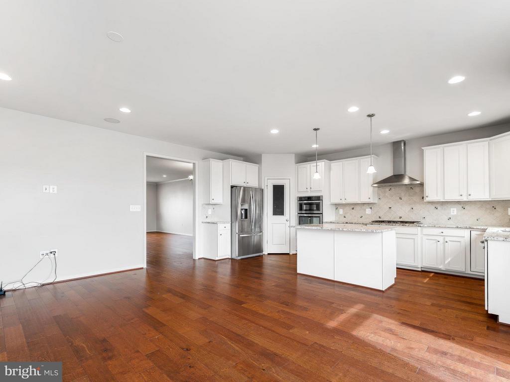 Kitchen and Family Room - 42173 CASTLE RIDGE SQ, ASHBURN