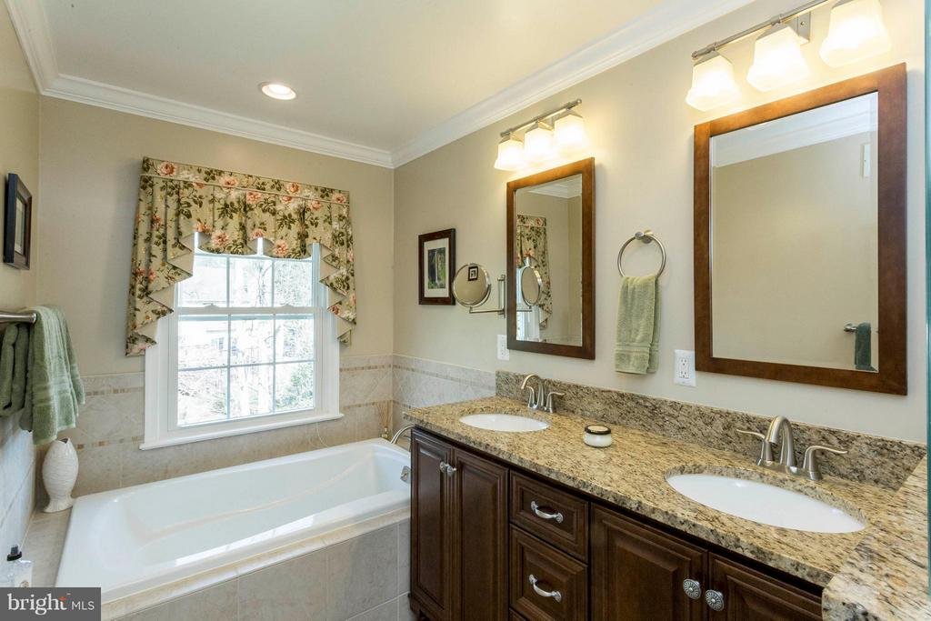 Relaxing soaking tub - 3687 WERTZ DR, WOODBRIDGE