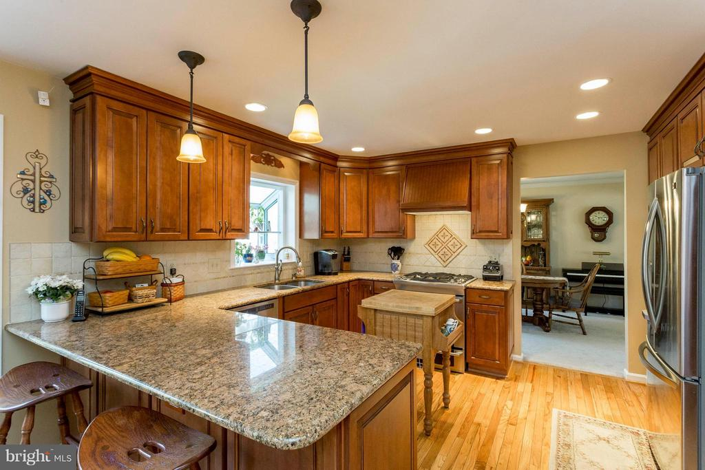 Upgraded kitchen with granite counters - 3687 WERTZ DR, WOODBRIDGE