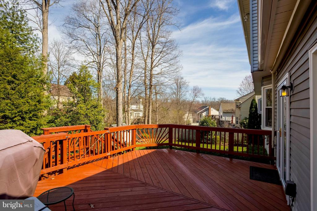 Beautiful deck backs to trees - 3687 WERTZ DR, WOODBRIDGE