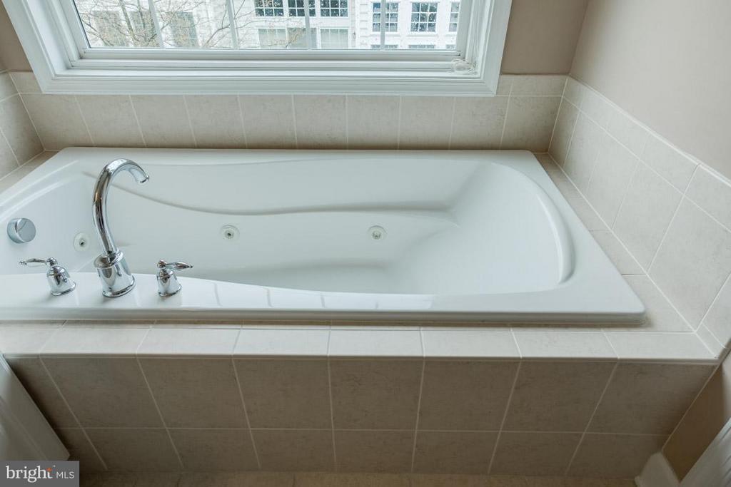 Bath (Master) soaking tub - 2170 OBERLIN DR, WOODBRIDGE