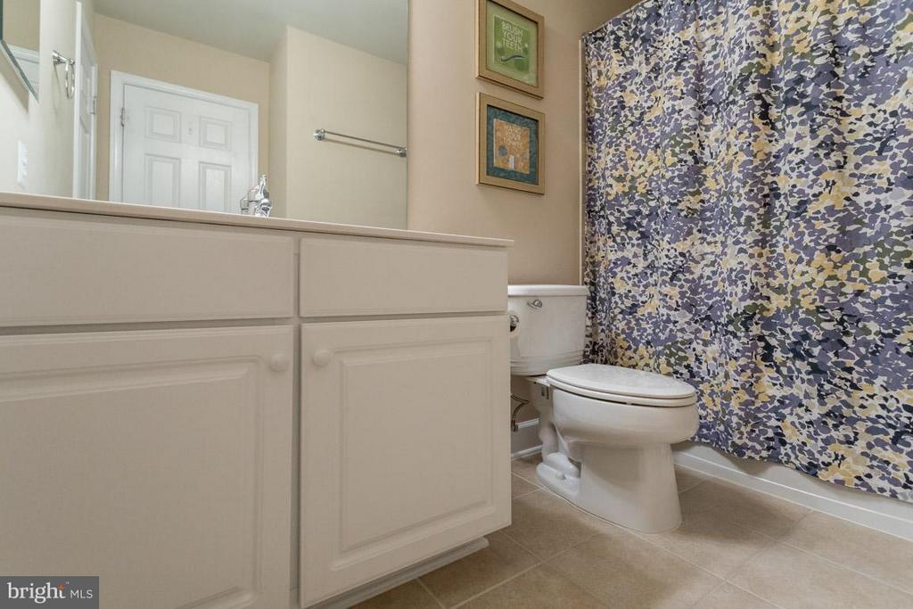 Full bath on upper level with tile floor - 2170 OBERLIN DR, WOODBRIDGE