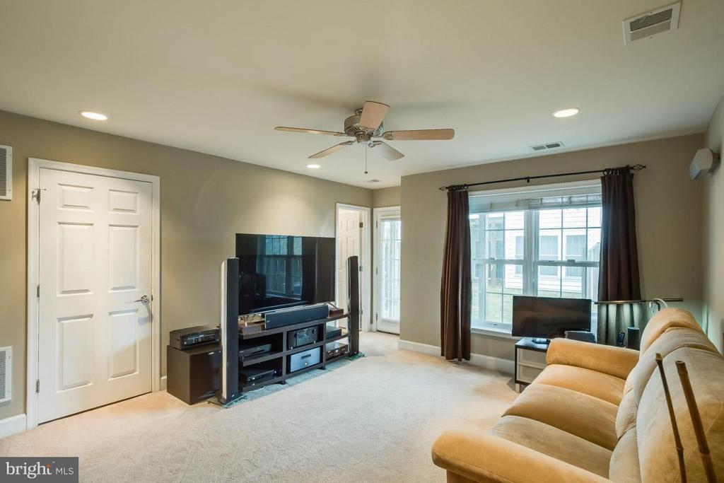 Rec room features full bath, laundry and walk out - 2170 OBERLIN DR, WOODBRIDGE