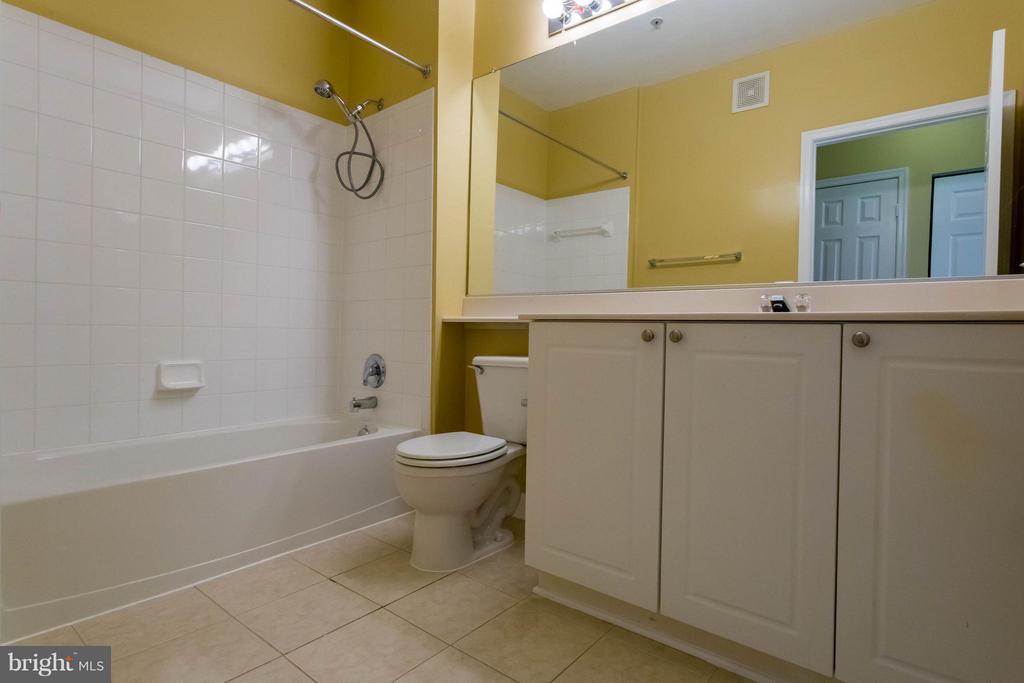 Master bath with removable shower head - 9480 VIRGINIA CENTER BLVD #221, VIENNA