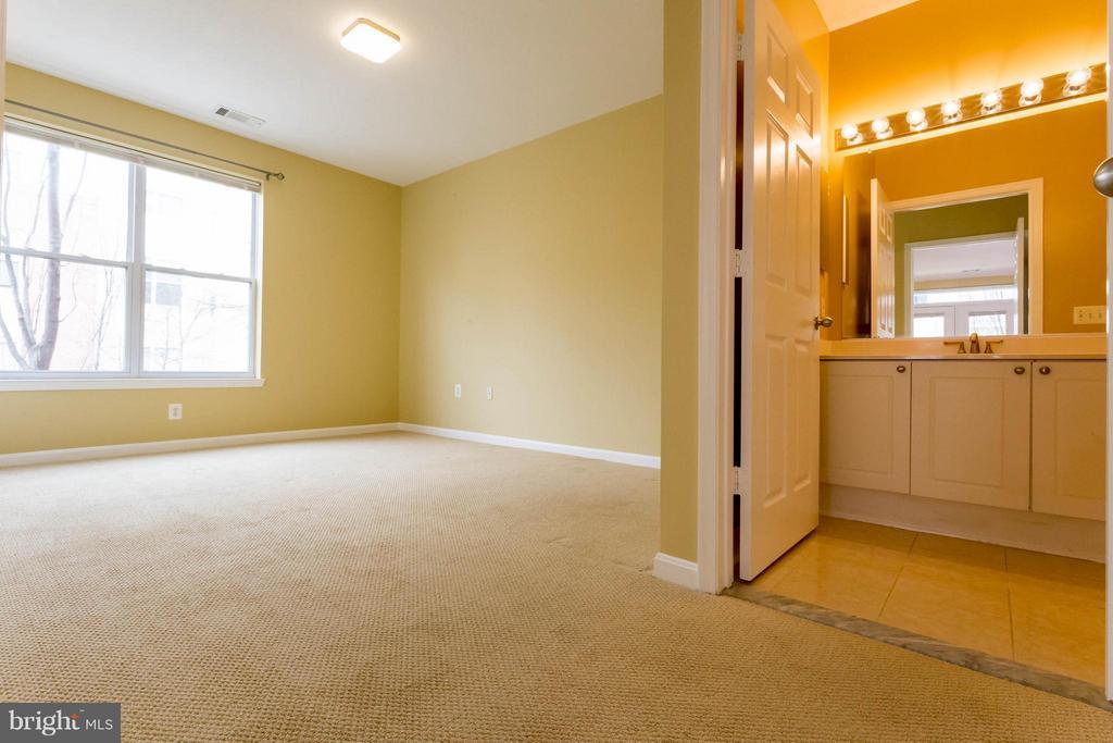 Second Bedroom with full bath - 9480 VIRGINIA CENTER BLVD #221, VIENNA