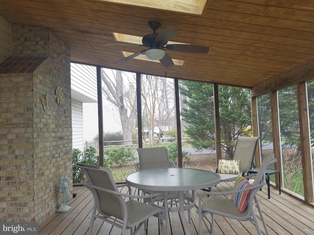 Gorgeous Screened Porch With Sky Lights) - 5827 OAKLAND PARK DR, BURKE