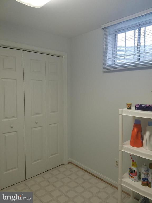 Large Laundry Room - 5827 OAKLAND PARK DR, BURKE