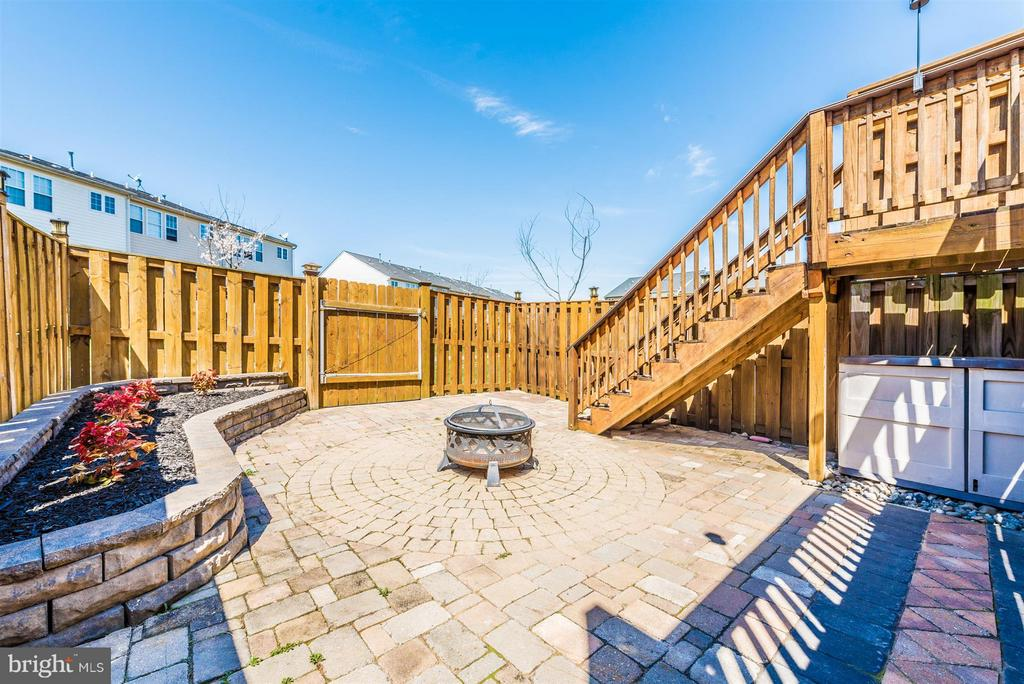 Low maintenance yard. - 5802 WHITEROSE WAY, NEW MARKET