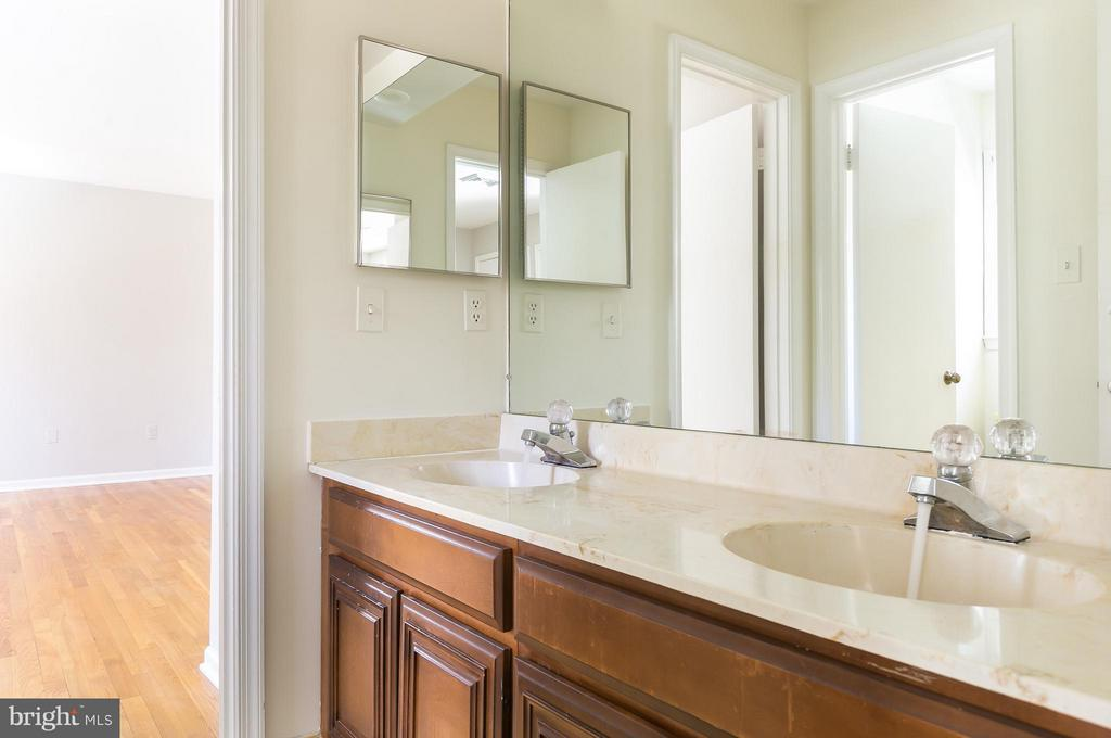 Jack and Jill Bath w/ Dual Sinks & Tub/Shower - 8029 OLD DOMINION DR, MCLEAN