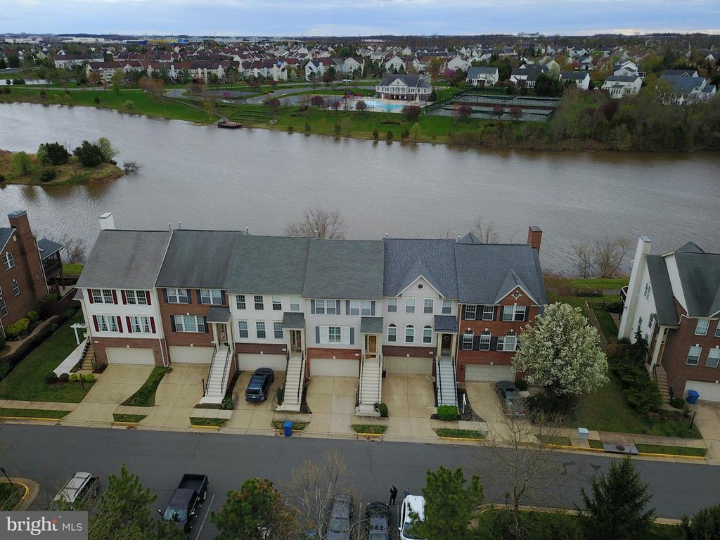 Rarely available Ashburn town home on the water. - 44019 LORDS VALLEY TER, ASHBURN
