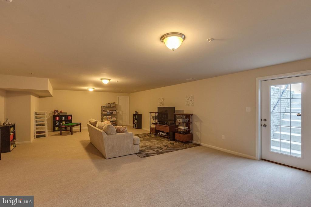 Lower Level Rec Room w Walk Up Stairs - 1018 HUNTERS KNL, MYERSVILLE