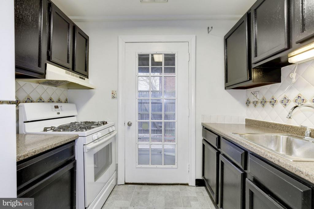Kitchen with gas cooking - 110 GEORGE MASON DR #110-1, ARLINGTON