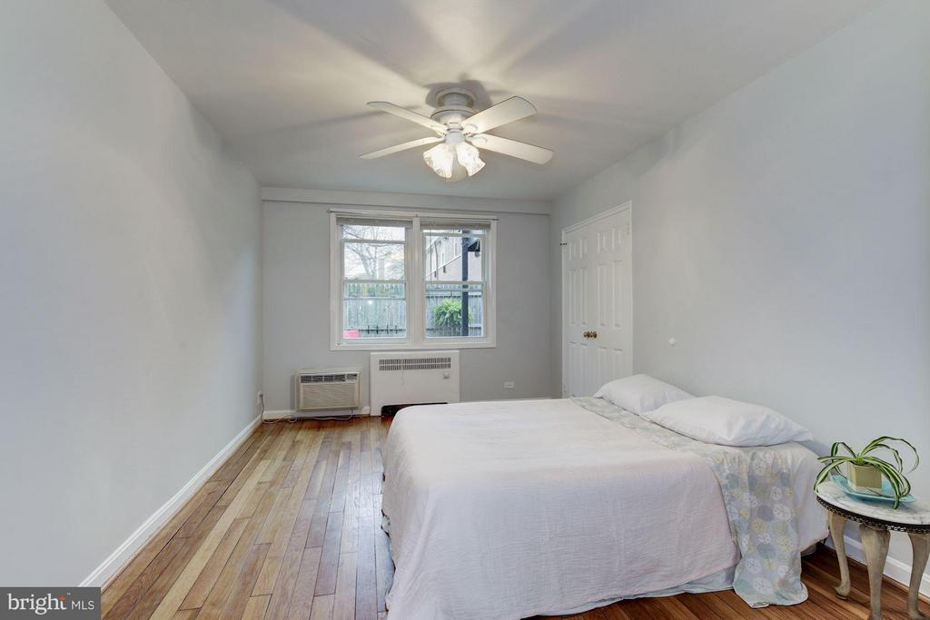 Huge master bedroom - 110 GEORGE MASON DR #110-1, ARLINGTON