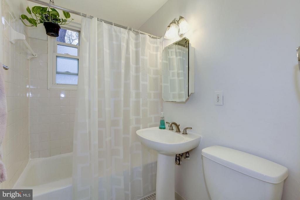 Updated bathroom - 110 GEORGE MASON DR #110-1, ARLINGTON