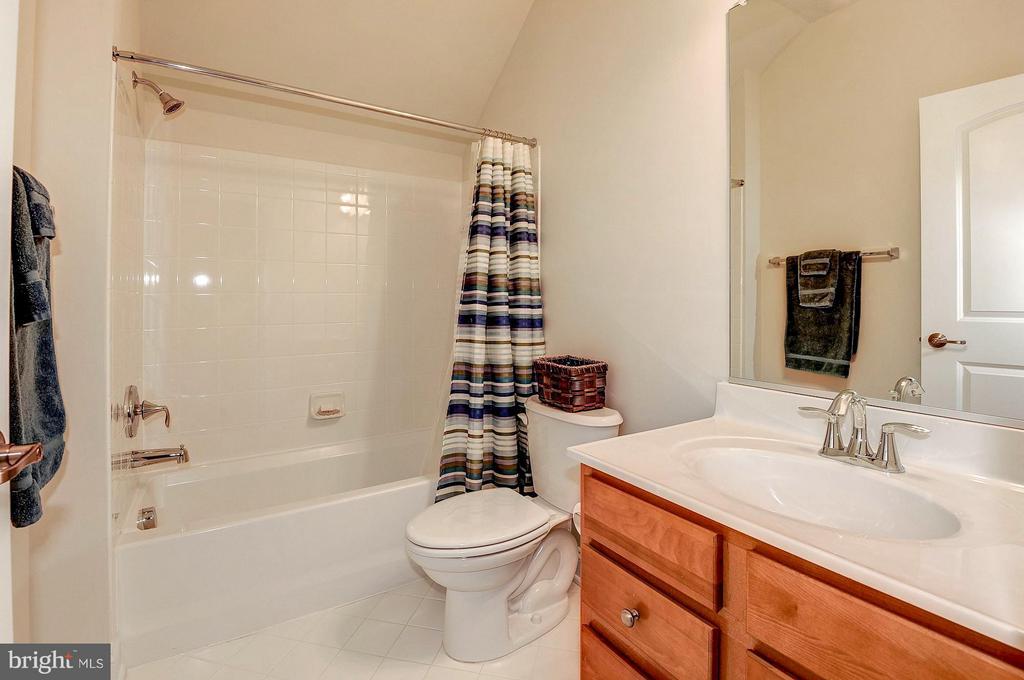 Full bathroom on the top level - 42709 ASHBURN TILLETT DR, BROADLANDS