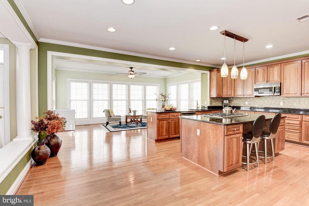 Kitchen - 8136 BLUEBONNET DR, LORTON