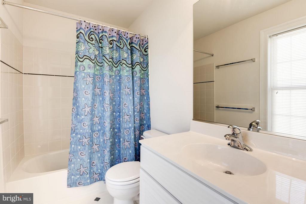 Upstairs Full Bath - 8136 BLUEBONNET DR, LORTON