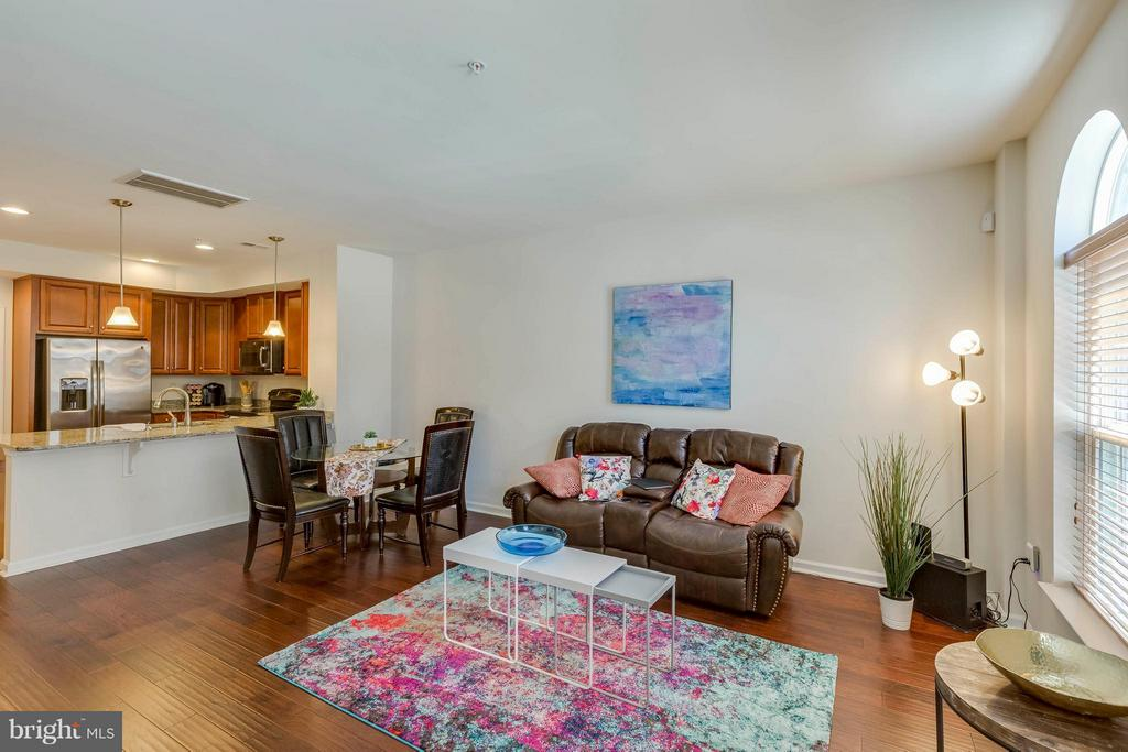 Bright and Open; ideal for entertaining - 5210 STREAM BANK LN #301G, GREENBELT