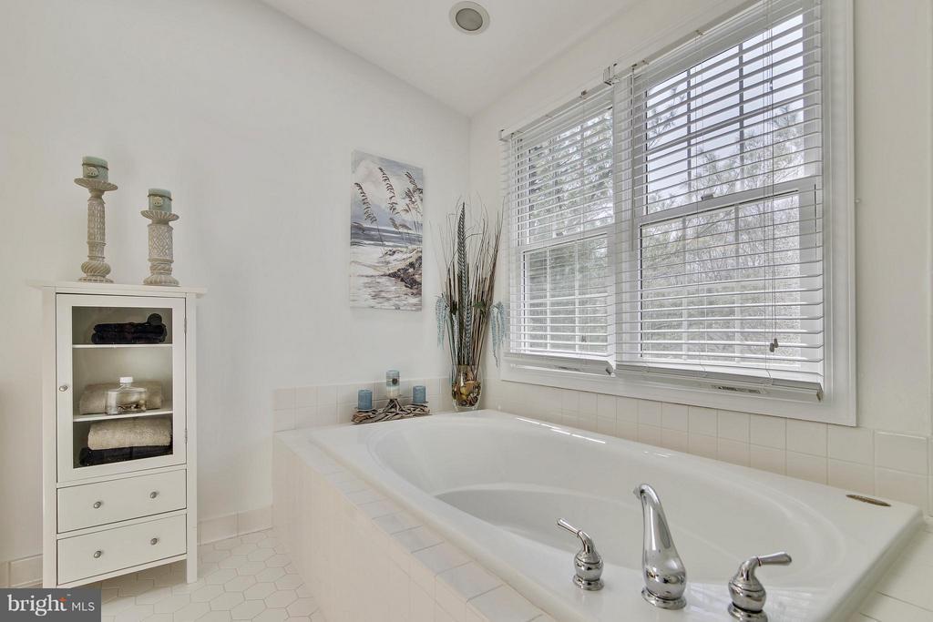 Bath (Master) - 4 BOXBERRY CT, GAITHERSBURG