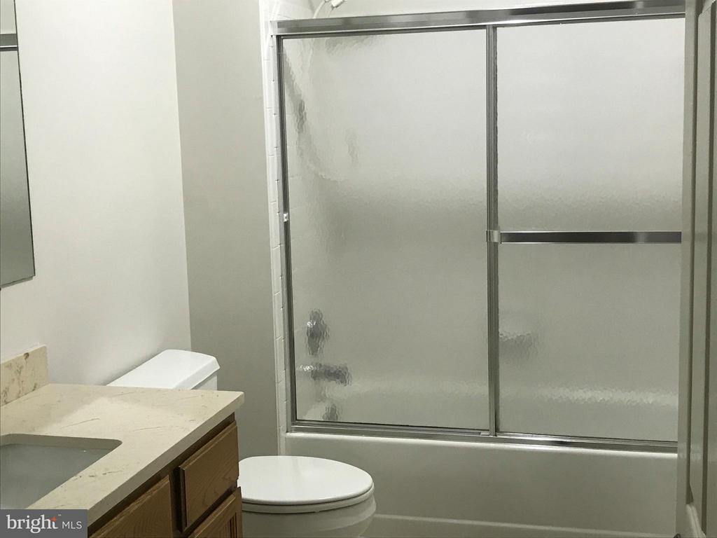 Bath - 27 LARKWOOD CT, STAFFORD