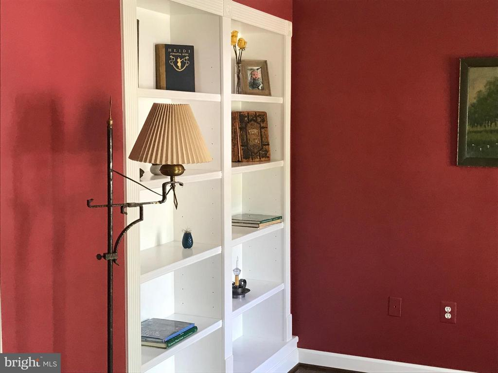 Built-in Book shelves - 27 LARKWOOD CT, STAFFORD