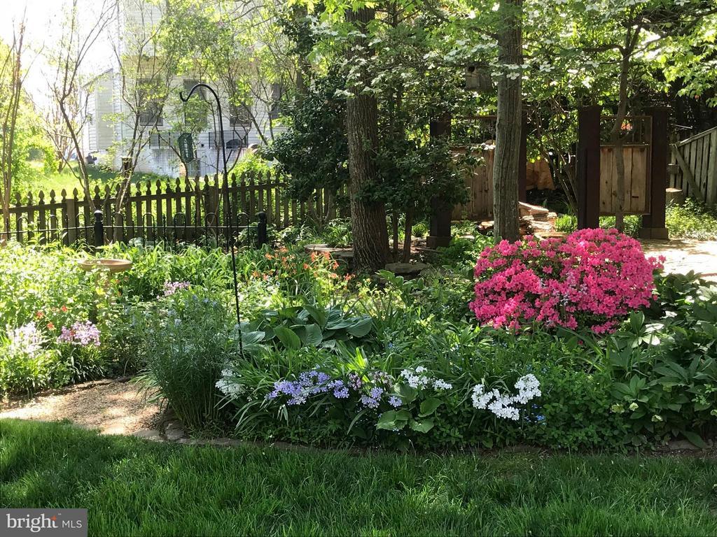 Gardener's Dream Backyard - 27 LARKWOOD CT, STAFFORD