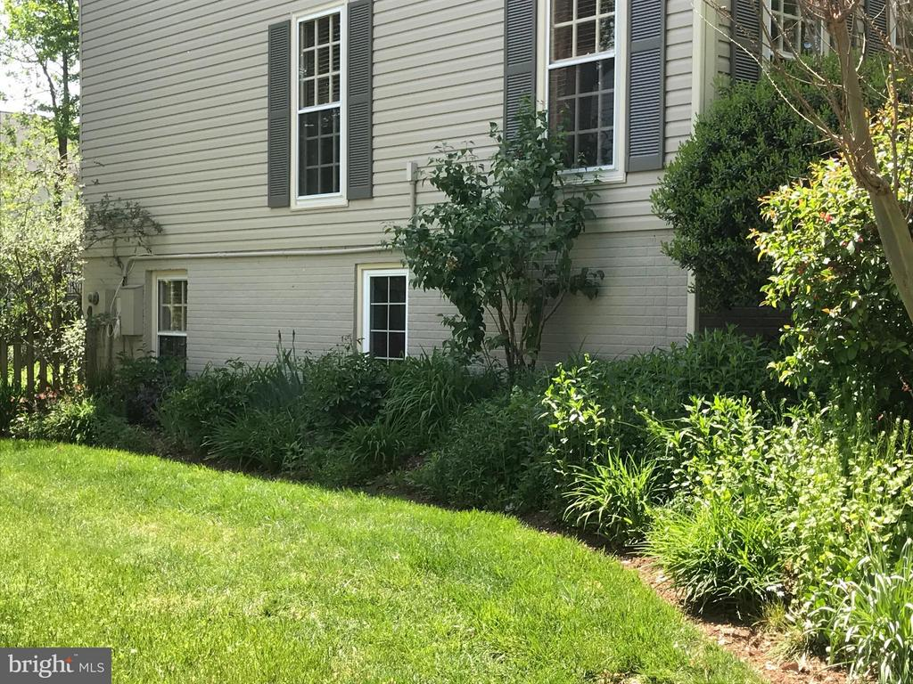 Beautifully landscaped all around the home - 27 LARKWOOD CT, STAFFORD
