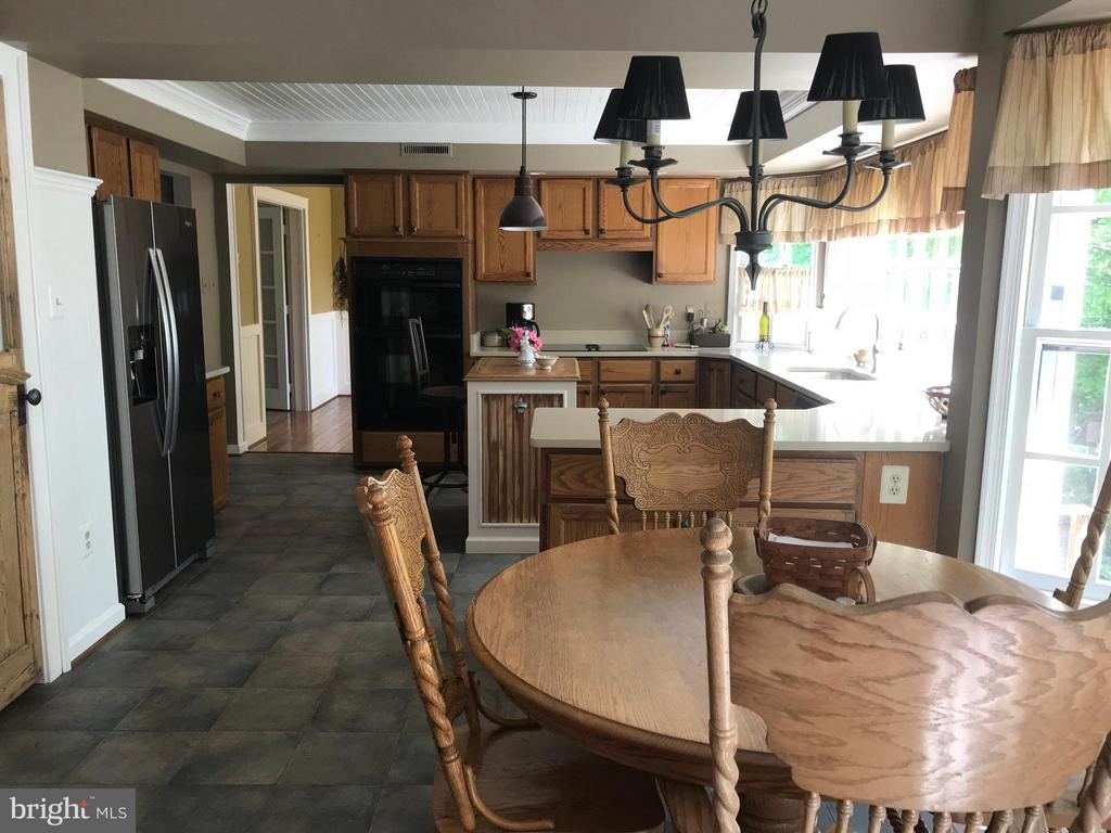 Spacious eat-in kitchen - 27 LARKWOOD CT, STAFFORD