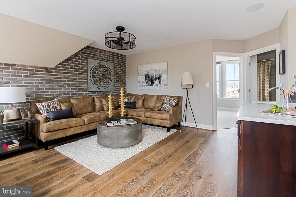 Welcoming Loft Level Family Room - 4029 EAST ST, FAIRFAX