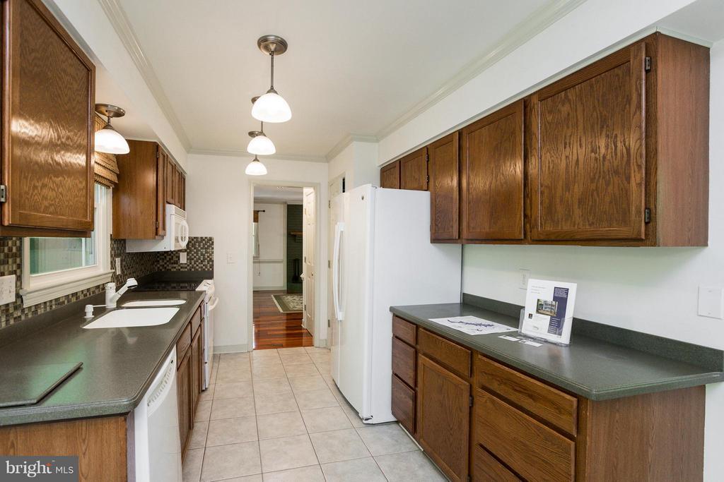 Kitchen view to liv rm - 103 FLINTLOCK CT, LOCUST GROVE