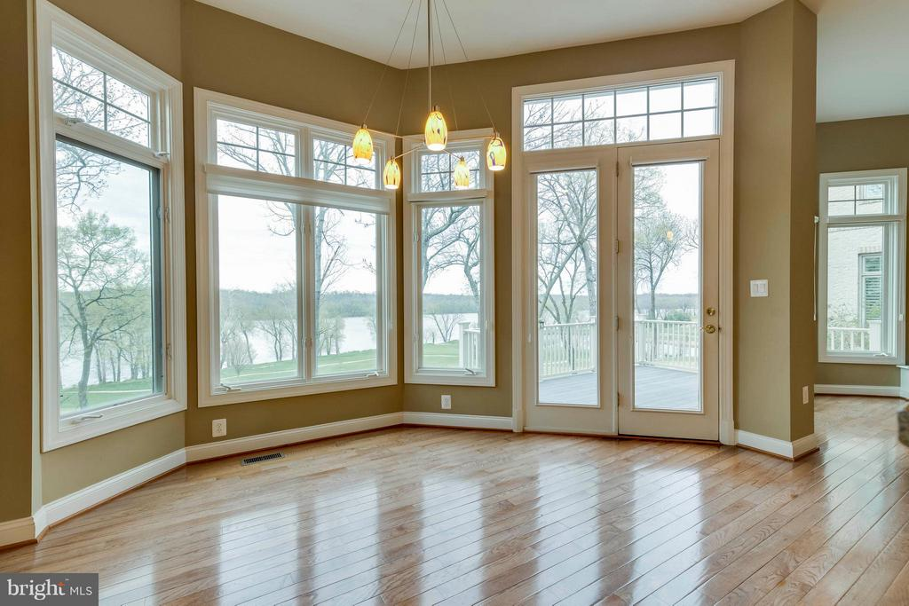 Large space for kitchen table - 18376 FAIRWAY OAKS SQ, LEESBURG