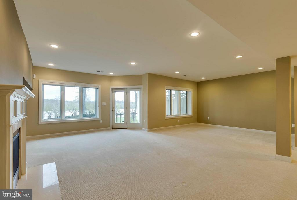So much sun light in the lower level - 18376 FAIRWAY OAKS SQ, LEESBURG