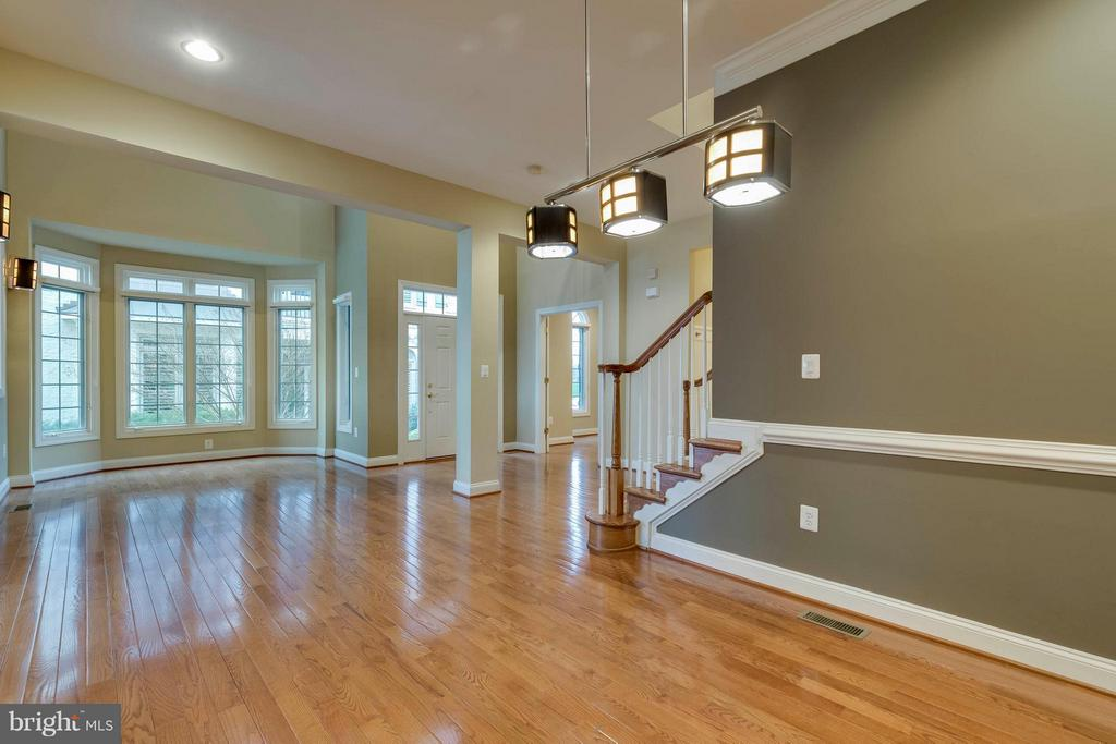 View of dining and living rooms - 18376 FAIRWAY OAKS SQ, LEESBURG