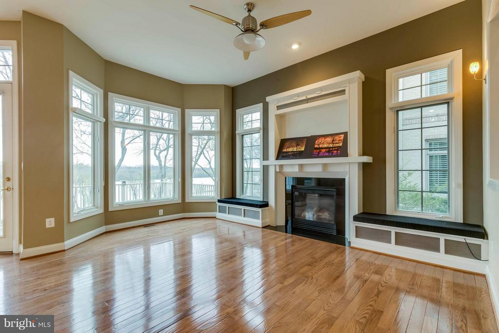 family room with FP and views - 18376 FAIRWAY OAKS SQ, LEESBURG