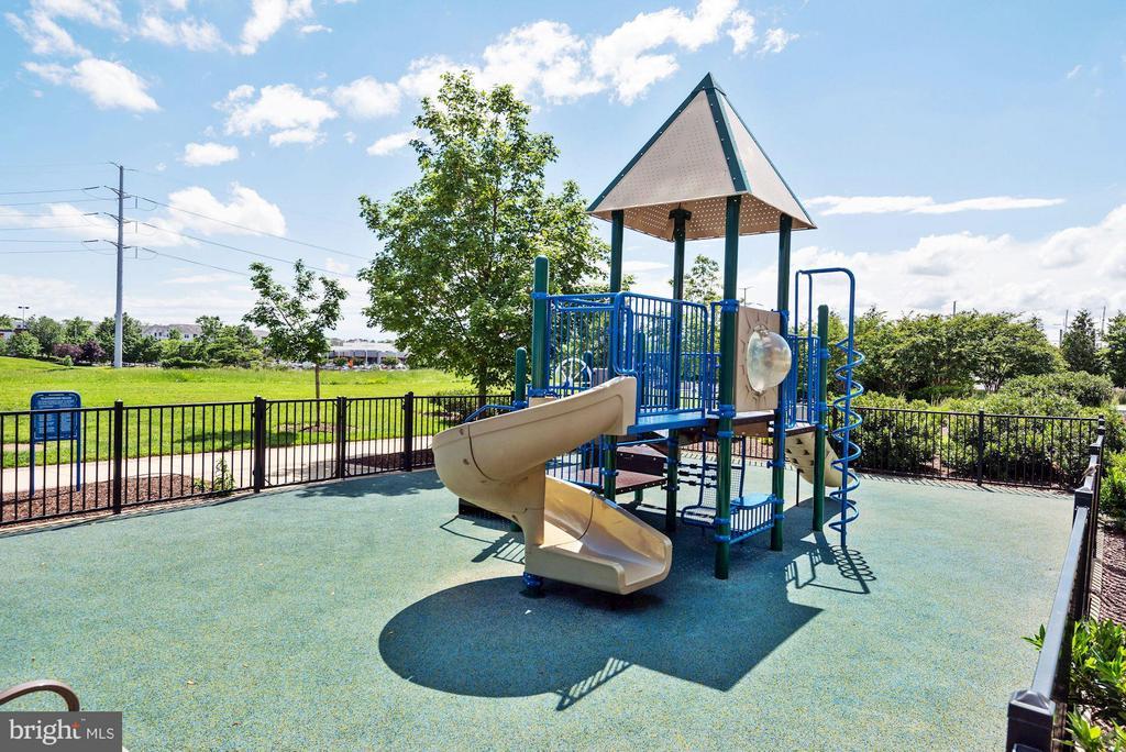 Community playground - 3600 S GLEBE RD S #428W, ARLINGTON
