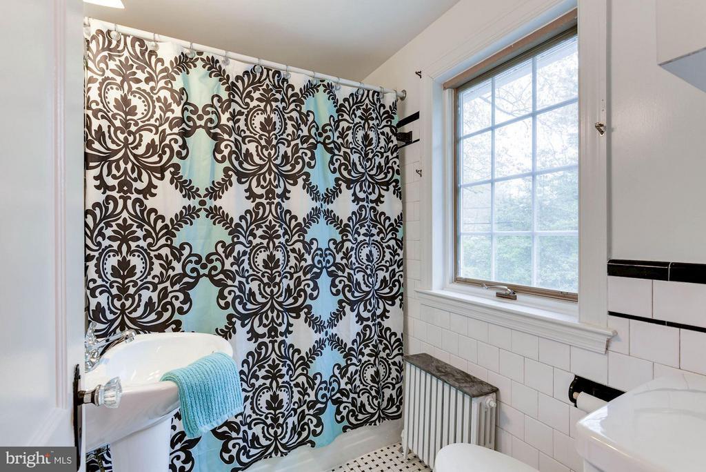 Upstairs Full Bath - 2524 FLORIDA ST N, ARLINGTON