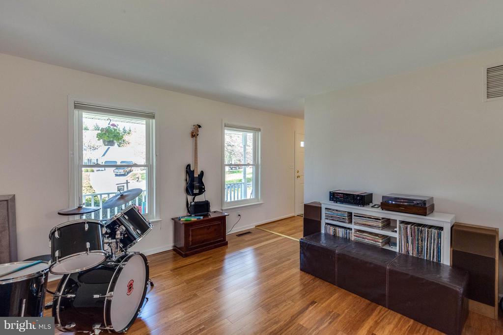 Beautiful hardwood floors and windows. - 10257 MEADOW FENCE CT, MYERSVILLE