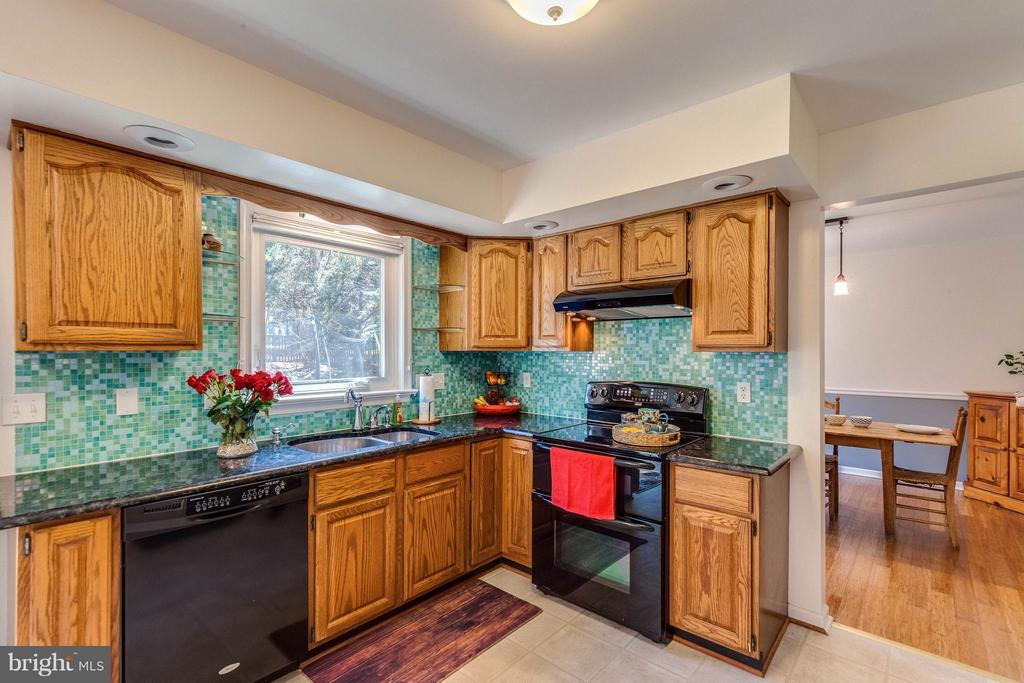 Kitchen plenty of room to cook! - 10257 MEADOW FENCE CT, MYERSVILLE