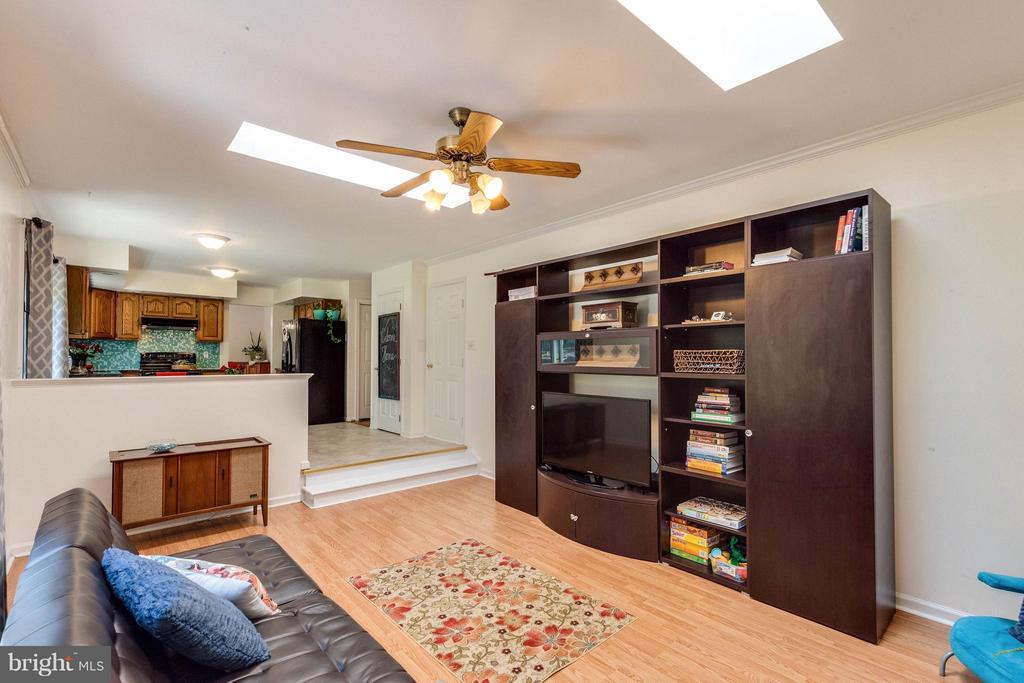 Family room connnects to kitchen and backyard. - 10257 MEADOW FENCE CT, MYERSVILLE