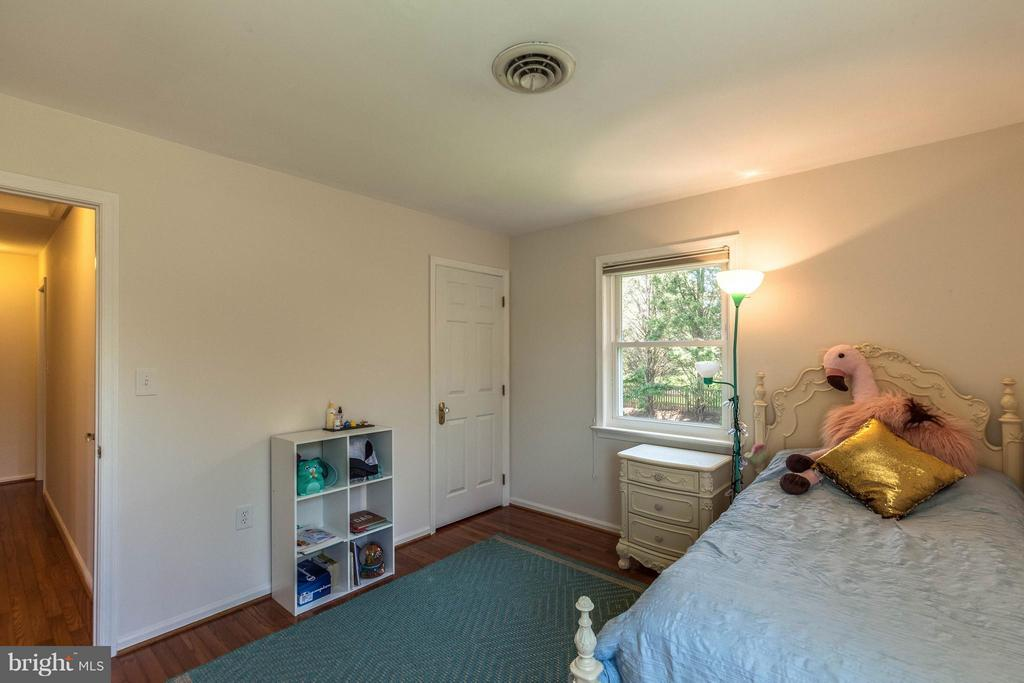 Generously sized secondary bedroom. Upper level. - 10257 MEADOW FENCE CT, MYERSVILLE