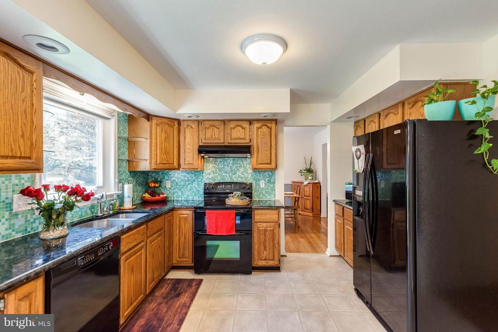 Kitchen  with beautiful granite counters. - 10257 MEADOW FENCE CT, MYERSVILLE